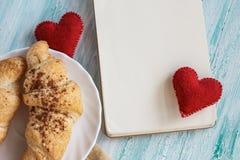 De valentijnskaarten ontbijten met croissants Royalty-vrije Stock Foto