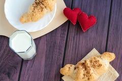 De valentijnskaarten ontbijten met croissants en melk Royalty-vrije Stock Afbeelding