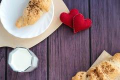 De valentijnskaarten ontbijten met croissants en melk Royalty-vrije Stock Foto's