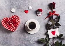 De valentijnskaartendag huwt me de doos van de huwelijksverlovingsring met de rode roze koffie van de giftkop Stock Foto