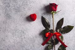 De valentijnskaartendag huwt me huwelijksverlovingsring in doos met rode roze gift Royalty-vrije Stock Fotografie