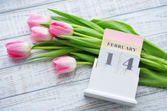 De Valentine's todavía del día vida con los tulipanes rosados delicados Foto de archivo