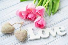 De Valentine's todavía del día vida con los tulipanes rosados delicados Imagen de archivo libre de regalías