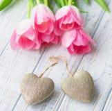 De Valentine's todavía del día vida con los tulipanes rosados delicados Fotos de archivo libres de regalías