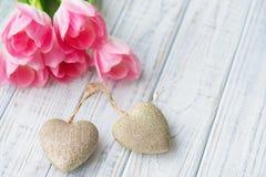 De Valentine's todavía del día vida con los tulipanes rosados delicados Fotos de archivo
