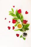De Valentine toujours la vie avec l'anneau de perle dans la main de l'homme, les roses rouges et la main de femme avec du café Images stock
