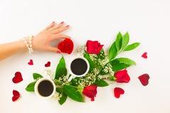 De Valentine toujours la vie avec l'anneau de perle dans la main de l'homme, les roses rouges et la main de femme avec du café Photo stock
