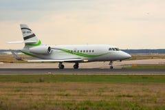 De Valktaxis van Dassault op de baan royalty-vrije stock afbeelding
