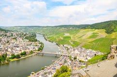 De Vallei Duitsland van Moezel: Mening van Landshut-Kasteel aan de oude stad bernkastel-Kues met wijngaarden en rivier Moezel in  royalty-vrije stock afbeelding