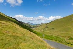 De vallei en de bergen van het meerdistrict tussen Buttermere en Keswick Cumbria Engeland het UK met blauwe hemel en wolken en sc Stock Foto's