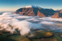 De vallei is overstroomd in mist in een bergmilieu Over de mist, slechts de hoge pieken van de bergen royalty-vrije stock fotografie