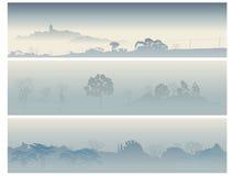 De vallei van banners met bomen in een ochtendmist. Royalty-vrije Stock Foto's