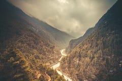De vallei van de berg Mooi rivierlandschap royalty-vrije stock afbeeldingen