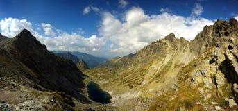 De vallei van de berg met meer Royalty-vrije Stock Afbeelding