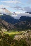 De vallei van de berg in zonlicht Stock Foto's