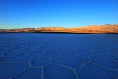 De Vallei van de dood - Veelhoeken in Bassin Badwater Royalty-vrije Stock Afbeeldingen