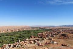 De vallei van de oaserivier in droge woestijn in Noord-Afrika Royalty-vrije Stock Afbeeldingen