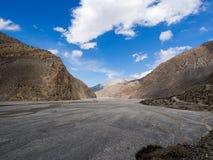 De vallei van de rotsberg en modderrivier met blauwe hemel Royalty-vrije Stock Foto
