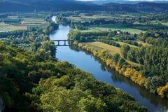 De vallei van de Dordognerivier in September hierboven wordt geschoten die van royalty-vrije stock afbeelding
