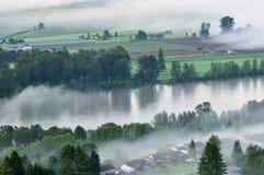 De Vallei van Fraser bij mistige zonsopgang royalty-vrije stock afbeelding