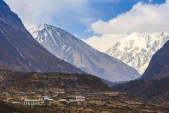 De vallei van het Langtangdorp en landschap van de bergketen van Himalayagebergte Stock Foto