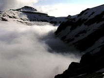 De vallei van het mannetje in mist - bergen Bucegi royalty-vrije stock foto