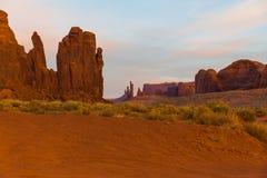 De Vallei van het monument bij zonsopgang Stock Afbeeldingen