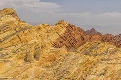 De vallei van het Park van de Brandstaat met 40.000 acres heldere rode Azteekse zandsteendagzomende aardlagen nestelde zich in gr Royalty-vrije Stock Afbeeldingen