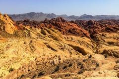 De vallei van het Park van de Brandstaat met 40.000 acres heldere rode Azteekse zandsteendagzomende aardlagen nestelde zich in gr Royalty-vrije Stock Foto