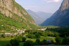 De vallei van Maggia die van Cevio wordt gezien Stock Foto