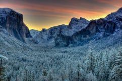 De Vallei van Yosemite van de zonsopgangverrassing stock afbeelding