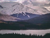 De valleien in Glen Coe zijn mooi, vooral wanneer bewolkt royalty-vrije stock foto