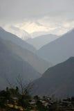 De valleisilhouet van de berg, Himalayagebergte stock foto