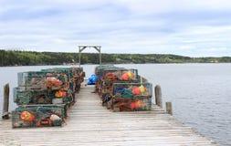 De vallen en de boeien van de zeekreeft op houten pijler Stock Afbeeldingen