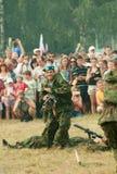 De valschermjager toont dicht gevecht aan Stock Foto
