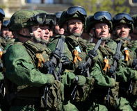 De valschermjagers van de 331st bewaakt regiment in de lucht in Kostroma bij de generale repetitie van parade op rood vierkant te Stock Foto