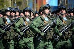 De valschermjagers van de 331st bewaakt regiment in de lucht in Kostroma bij de generale repetitie van parade op rood vierkant te Stock Foto's