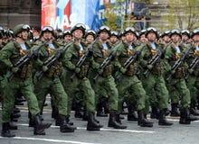 De valschermjagers van de 331st bewaakt regiment in de lucht in Kostroma tijdens de parade op rood vierkant ter ere van Victory D Stock Afbeeldingen