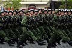 De valschermjagers van de 331st bewaakt Valschermregiment van Kostroma tijdens de generale repetitie van de parade op Rood Vierka Stock Foto