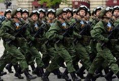 De valschermjagers van de 331st bewaakt Valschermregiment van Kostroma tijdens de generale repetitie van de parade op Rood Vierka Stock Afbeeldingen