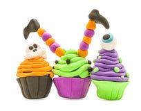 De valse die ambacht van klei cupcake Halloween cupcakes op wit met het knippen van weg wordt geïsoleerd stock afbeeldingen