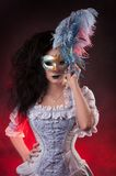 De vampiervrouw van Halloween met Venetiaans masker Stock Foto's