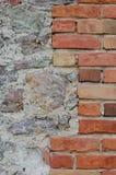 De van de achtergrond steenmuur close-up, verticaal gepleisterde grunge rode baksteen obstructie voert, beige kalksteenpatroon, o Stock Afbeelding