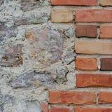 De van de achtergrond steenmuur close-up, verticaal gepleisterde grunge rode baksteen obstructie voert, beige kalksteenpatroon, o Royalty-vrije Stock Fotografie
