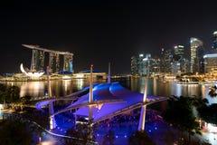 De van bedrijfs Singapore districtshorizon in nacht in Marina Bay, zingt Royalty-vrije Stock Foto's