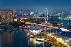 De van bedrijfs Singapore districtshorizon in nacht in Marina Bay, zingt Stock Foto