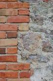 De van de achtergrond steenmuur close-up, verticaal gepleisterde grunge rode baksteen obstructie voert, beige kalksteenpatroon, o Stock Foto