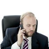 De van de bedrijfs baard mens spreekt bij celtelefoon stock foto's