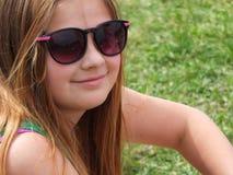 De van de het blondezitting van het meisjes lange haar de huidschil van neus om gezicht Stock Foto's