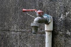 De van het waterkraan en cement muur stock afbeeldingen